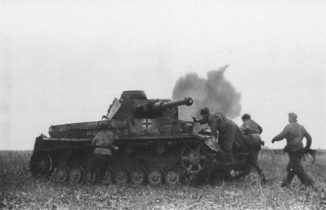 Советские солдаты захватывают подбитый немецкий танк, весна 1942