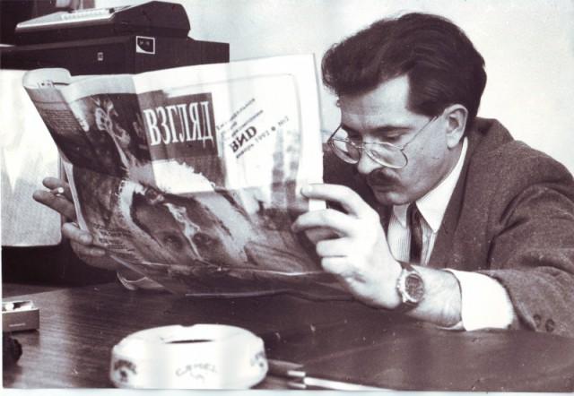 Владислав Листьев изучает второй номер газеты «Взгляд», 22 января 1992 года, Москва