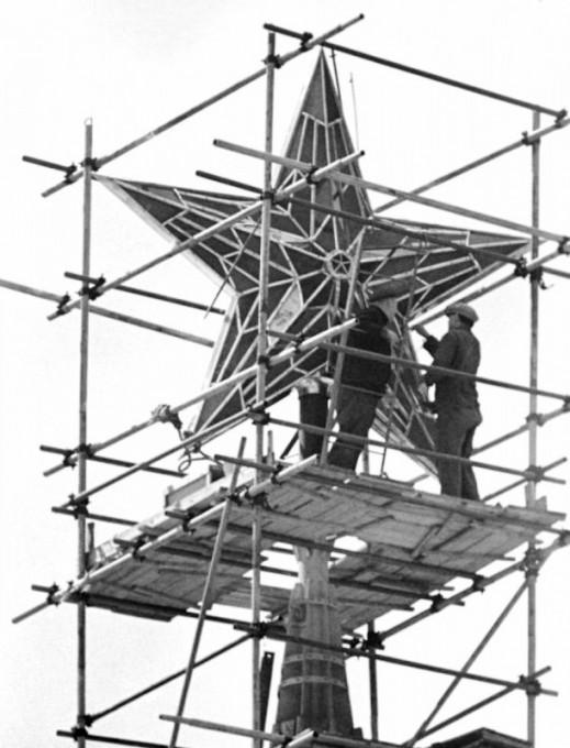 Установка рубиновой звезды на башне Кремля, Москва, 1937 год.