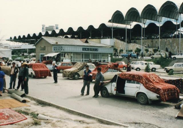 Торговля коврами на рынке Чорсу, 1994 год, Ташкент