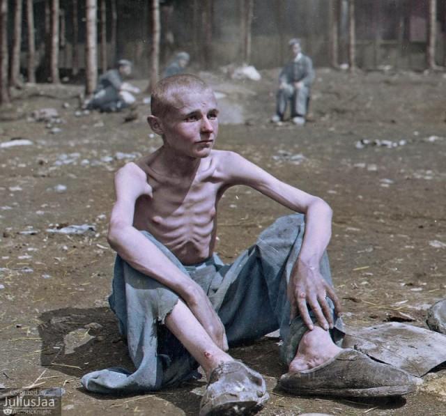 Освобожденный заключенный концентрационного лагеря Эбензее в Австрии, 8 мая 1945 года.